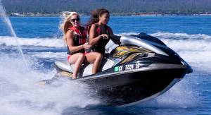 Jet skiing: an activity with noise levels that can reach over 85 dB and at full speed the level can exceed 105dB. Ear protection is strongly recommended.